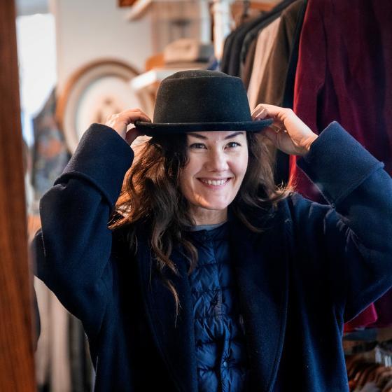 Kvinna med hatt i en affär