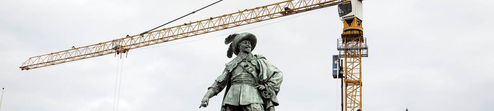 Statyn av Gustav Adolf med byggkran i bakgrunden