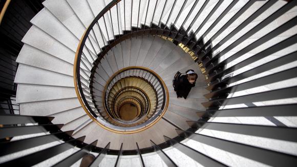 Person som går upp för en spiraltrappa